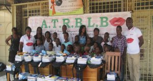 Photo de famille avec les élèves démunis