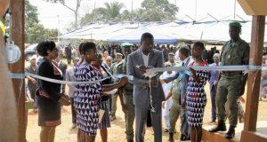 Inauguration du marché de Kougnohou, Faure Gnassingbé coupant le ruban