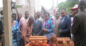 La ministre en charge de l'artisanat, Victoire Tomégah-Dogbé visite les stands du SANA