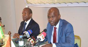 Robert Dussey, le ministre togolais des affaires étrangères devant les micros