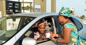une fidèle cliente de Total-Togo dans son véhicule