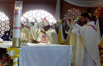 L'Archevêque de Lomé, Monseigneur Denis Amouzou DZAKPAH célébrant la messe