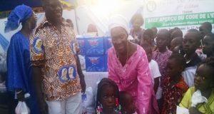 Les responsables de l'ONG Child to Child et les enfants bénéficiaires