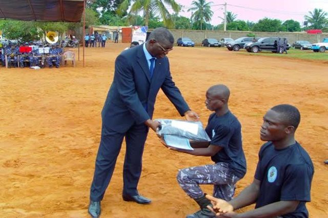 Le Ministre Yark Damehame remettant des équipements aux agents
