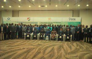 Une photo de famille des participants à la conférence