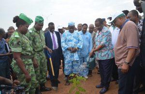 Mise en terre d'un jeune plant par le Premier Ministre