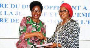 Echange de paraphes entre Victoire Tomégah-Dogbé et Khardiata Lo N'Diaye