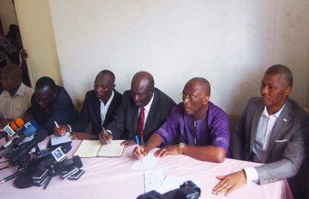 Des responsables de l'opposition face à la presse