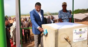 Faure Gnassingbé essayant les mini-adductions d'eau