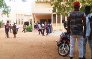 Des étudiants devant certains Amplis du campus