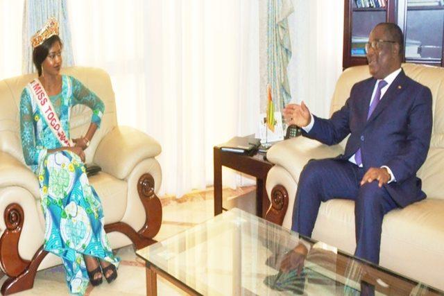 Mlle Cornelia Dédévi Adomayakpo avec le Premier Ministre Klassou