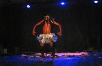L'artiste Skotokata sur scène lors du spectacle