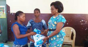 Mme Molgah Abougnimah-Kadjaka remettant des kits aux femmes