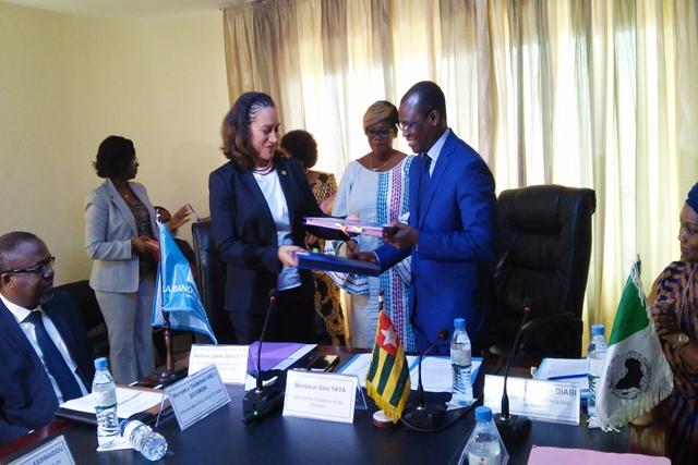 Echange de documents entre Mme Joëlle Dehasse et le ministre Sani Yaya
