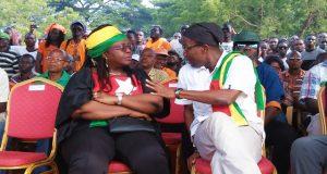 La coordinatrice de la coalition, Mme Brigitte Adjamagbo-Johnson en échange avec le leader du PNP lors d'un meeting à Lomé