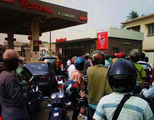 Affluence dans une station service à Lomé