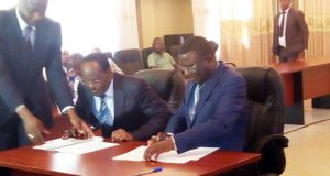 Les ministres Tchakpélé et Aïdam signant le protocole d'accord