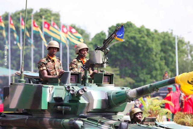 Passage des troupes motorisées de l'armée togolaise