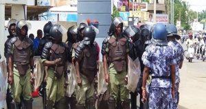 Des forces de l'ordre dans une rue de Lomé (image icilomé)