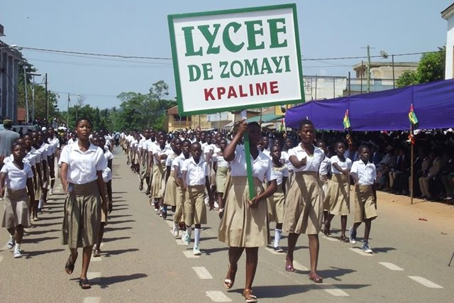 Les élèves du Lycée ZOMAYI lors du défilé