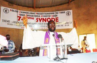 Pasteur Paul Mensah AVINOU lors du culte d'ouverture