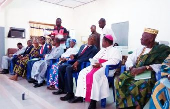 Des membres du HCRRUN avec les autorités religieuses et traditionnelles à l'ouverture