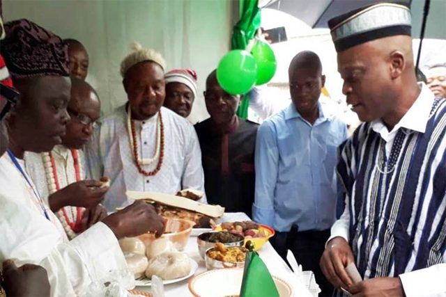 Le ministre Robert Dussey (à droite) sur le stand du Nigéria