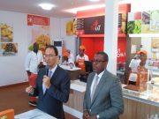Présentation de l'offre par le DG de Total-Togo (à gauche)