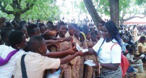 Distribution de dépliants sur le produit « School Assur »