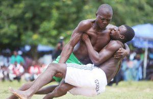 Deux lutteurs dans l'arène