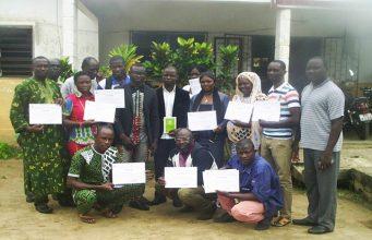 Des participants avec leurs attestations