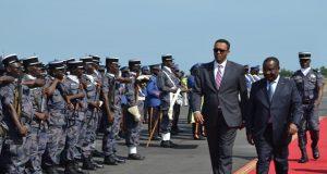 Le Chef du Gouvernement somalien Mohamed Omar ARTEH (à gauche) accueilli par son homologue togolais, Komi Sélom Klassou