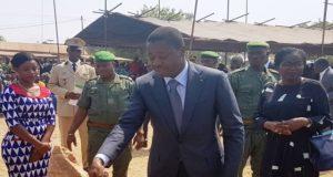 Faure Gnassingbé posant la première pierre