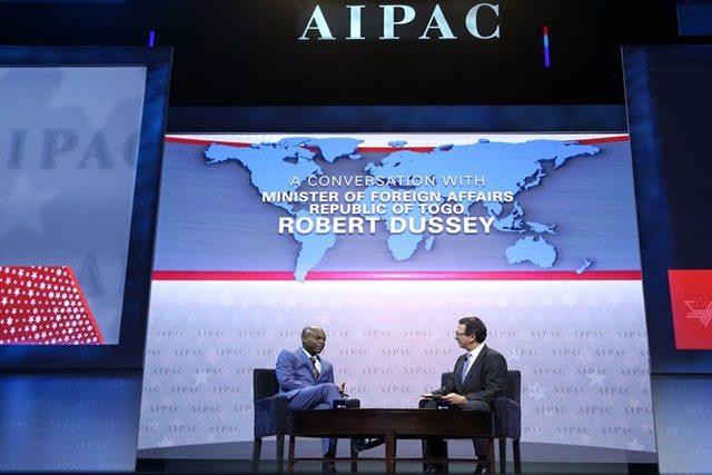 Robert Dussey et le journaliste Frank Sesno lors de la convention de l'AIPAC