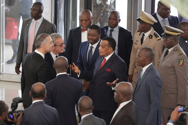 Le Président congolais Dénis Sassou Nguesso au milieu