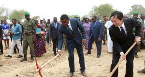 Faure Gnassingbé à gauche, lançant les travaux de construction des ponts