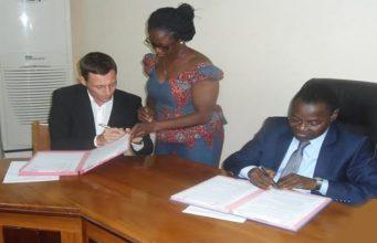 Signature de convention/ Dr. Rafael KLUENDER et le Ministre de la Santé Moustafa MIJIYAWA