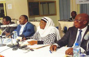 Des membres de la commission sur les réformes