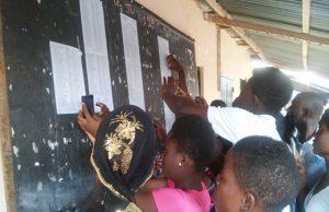 Des élèves en train de consulter les résultats dans un établissement
