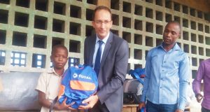 Le DG de Total-Togo remettant un kit à un élève