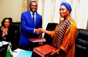 Le ministre Sani Yaya et Mme Khadidia DIABI
