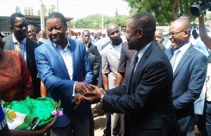 Faure Gnassingbé remettant les clés des véhicules au Ministre de la Santé