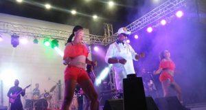 Koffi Olomidé et ses danseuses sur scène