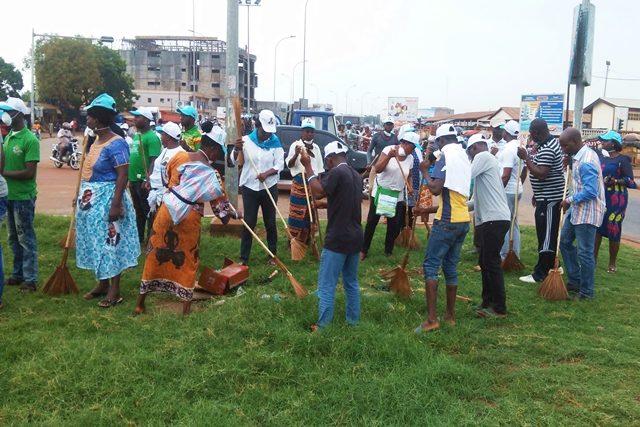 Des membres d'UNIR lors de l'opération « Togo propre » à Agoè