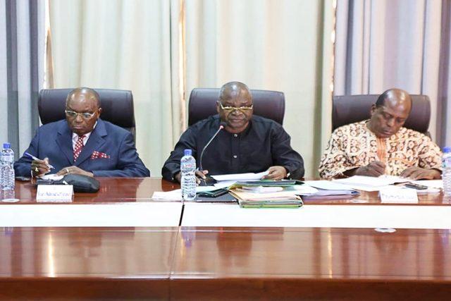 Le Prof. Kodjona KADANGA (au milieu) lors de la séance