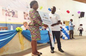 Remise de prix à un volontaire par la Ministre Victoire Tomegah-Dogbé