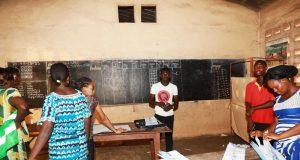 Opération de dépouillement dans un bureau de vote