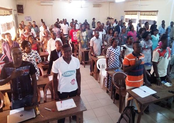 Les participants exécutant l'hymne nationale à l'ouverture des travaux