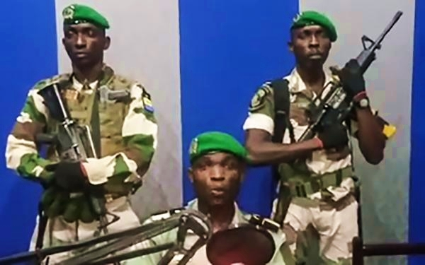 Image des militaires lors de la lecture de leur communiqué (image YOUTUBE)