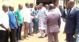 Le ministre saluant le personnel du LETP
